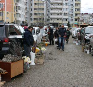 Устроили рынок прямо на улице перед храмом в Краснодаре