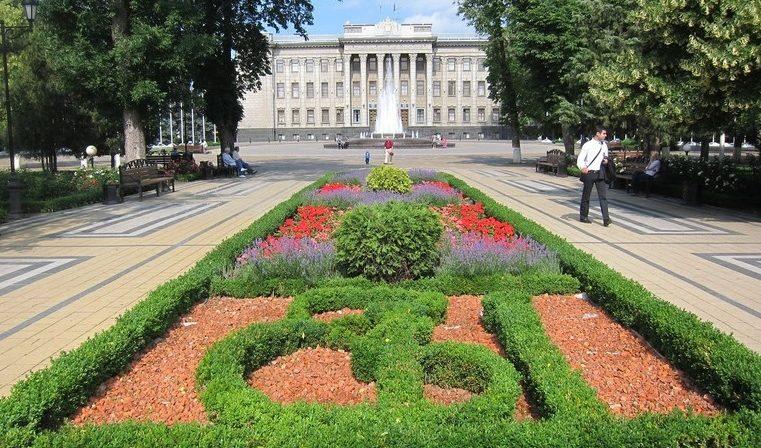 Екатерининский сквер, площадь Ленина и здание Законодательного собрания Краснодарского края на улице Красная в Краснодаре