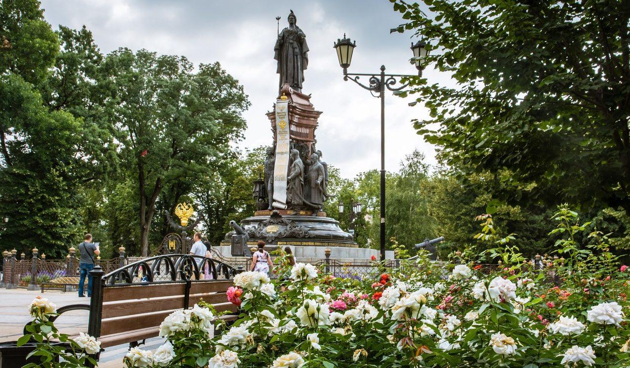 Памятник Екатерине Второй на улице Красная в Краснодаре
