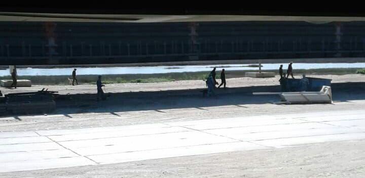 Военные и кинологи с собаками проверяют Крымский мост перед открытием