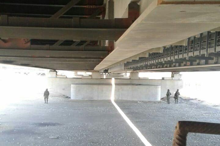 Проверка Крымского моста военными перед открытием - люди в черном