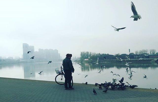 Кубанская набережная ранним туманным утром