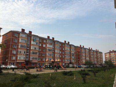 Типовой 6 этажный дом и двор в Яблоновском