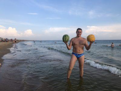 Охлажденные арбуз и дыня в море
